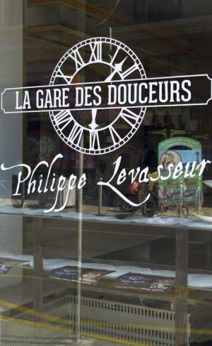 La Gare des Douceurs adhésif vitrine découpe